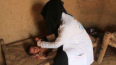 يمنية تضحي بوقتها وأجرها لعلاج الأطفال المصابين بسوء تغذية نتيجة للحرب
