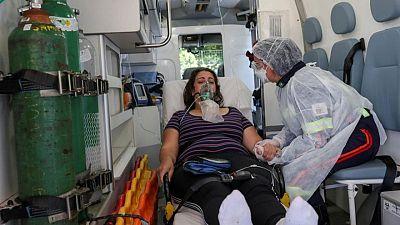 Brasil informa de más de 150.000 casos de COVID-19 en un día por cambios en recuento