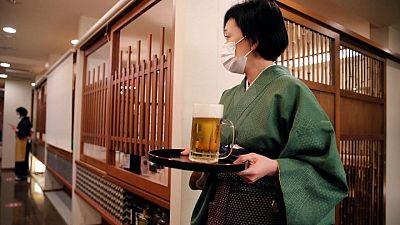 مطاعم اليابان تستقبل الزوار بعد تخفيف قيود كوفيد-19