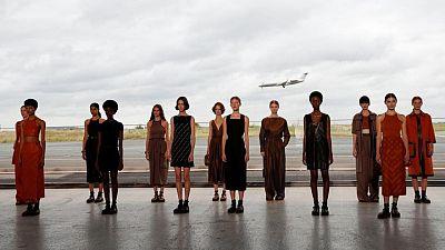 هيرميس الفرنسية تقيم عرض أزياء داخل حظيرة طائرات في باريس
