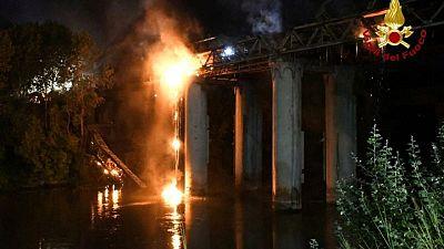حريق يلحق أضرارا جسيمة بجسر حديدي في روما يعود للقرن التاسع عشر