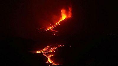 تدفق كثيف للحمم في جزيرة لا بالما بعد انهيار بفوهة البركان