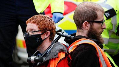 نشطاء مدافعون عن البيئة يغلقون طرقا رئيسية تؤدي إلى لندن