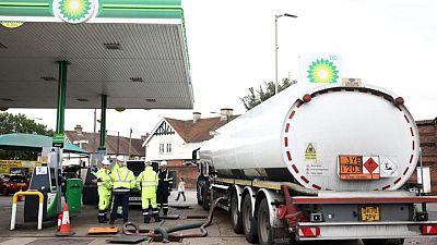 الجيش البريطاني يبدأ تسليم الوقود للمحطات