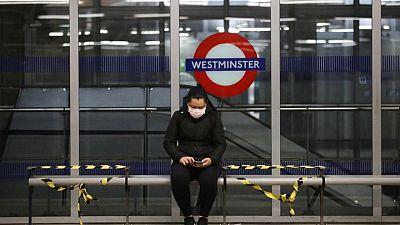 عمال الإطفاء يخمدون حريقا في محطة مترو وستمنستر في لندن
