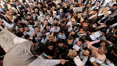 المئات يتوافدون على مكتب جوازات السفر في كابول بعد أنباء عن إعادة فتحه