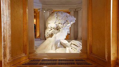 الرأس فقط من تمثال داود لمايكل أنجلو لزوار معرض إكسبو دبي