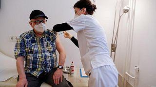 لجنة ألمانية توصي بجرعة معززة من لقاحات كورونا للسكان فوق 70 عاما