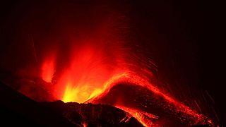 كتل من الحمم بحجم المباني تتدفق من بركان لا بالما