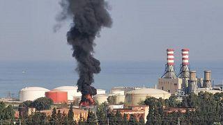 رجال الإطفاء يخمدون حريقا في خزان وقود بجنوب لبنان