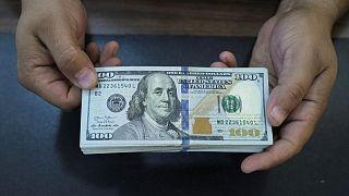 الدولار يجتذب تدفقات للاستثمار الآمن ويسجل أعلى مستوى مقابل الين في نحو 3 سنوات