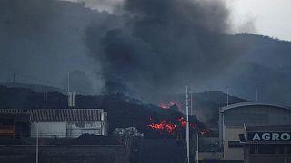 إجلاء المئات في جزيرة لا بالما الإسبانية بعد أن هددت الحمم البركانية مساكنهم