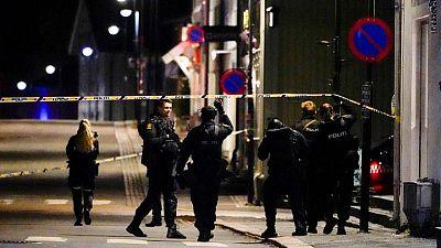 Hombre mata a varias personas en Noruega en ataques con arco y flecha, dice la policía