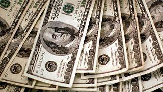 الدولار ينزل إلى قاع 10 أيام والعملات الأكثر مخاطرة تنتعش