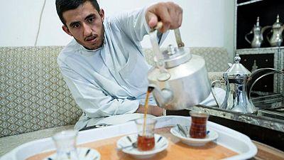البدون في الكويت يواجهون مزيدا من الضبابية بعد وقف حساباتهم البنكية