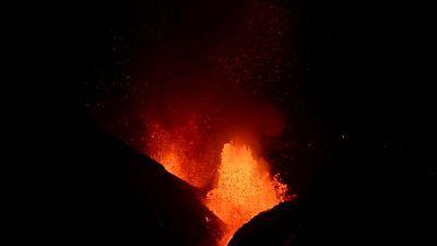 فرار مئات آخرين مع انتشار الحمم البركانية في لا بالما بإسبانيا
